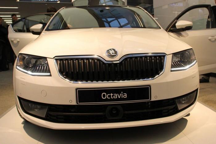 Vízszintes vonalak sokasága nyújtja dinamikusra az Octavia frontrészét, de valljuk be, ha nem lenne a márkajel felett az apró betörés, simán elmennek Audinak