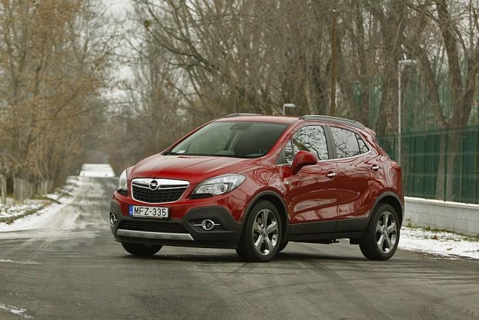 Visszafogottan vagány a Mokka, arányaihoz mérten felismerhető Opel márkajegyeket kapott
