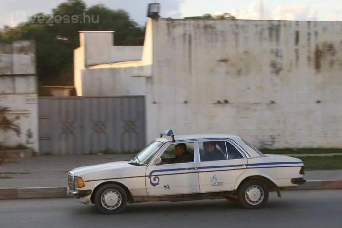 A nagy taxi továbbra is Mercedes-Benz. Alapesetben a 123-as, ritkábban az 1984-től gyártott 124-es sorozatból