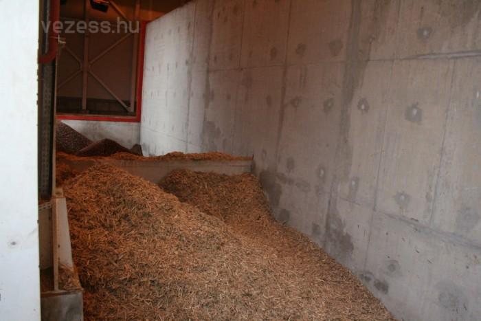 Házi pálinkafőzésre emlékeztető, kellemes cefreszagot áraszt a biomassza-erőmű üzemanyagtartálya. Környezetvédelmi szempontból fontos, hogy faaprítékkal és olívabogyók magvával fűtik az energia-ellátást biztosító kazánokat