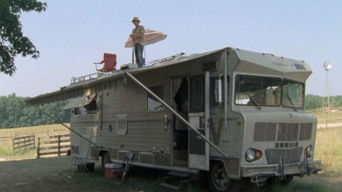 Jön a zombipokol? Egy lakókocsi egész jó megoldás, cammogva menekülésre alkalmas, lakásnak luxus, és a tetejéről állva könnyedén apríthatjuk a kóbor járkálókat