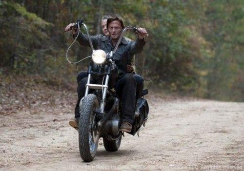 A The Walking dead egyik leglazább szereplője motoron szlalomozik a csattogó állkapcsok között.