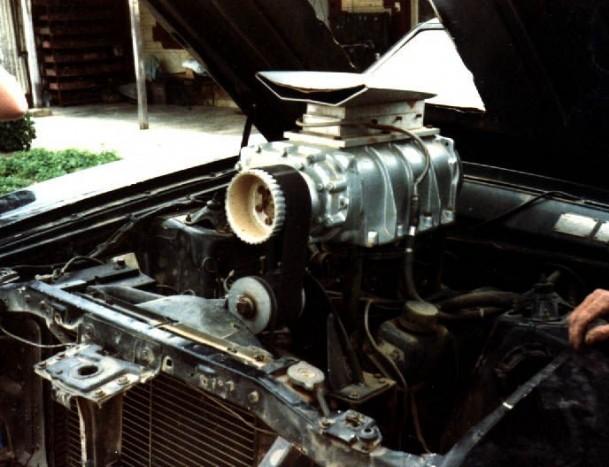 A kompresszor csak filmes kamu, az eredeti V8-as magától lélegzett a Falcon orrában.