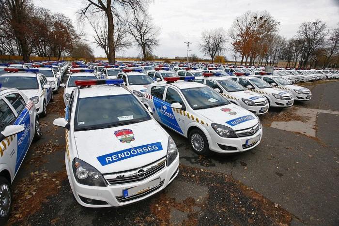 December elején még ennyi frissen átalakított rendőrautó várt arra, hogy szolgálatba álljon