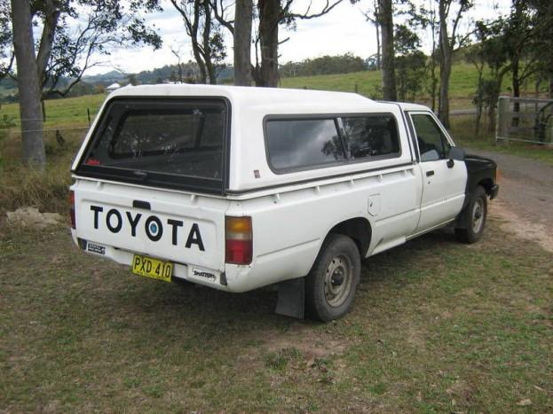 A Top Gear szerint elpusztíthatatlan a Toyota Hilux Pickup. Mi hiszünk nekik, a Lada Niva helyett a nyolcvanas évek japán platósai jelenetenek komoly alternatívát