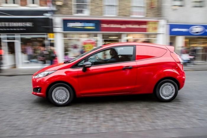 A gyártó hivatalos mérései alapján az új Fiesta áruszállító fogyasztása 3,7 l/100 km, ami rendkívül kedvezőnek tűnhet, de megérzéseink szerint azért előfordulhatnak ennél jóval magasabb értékek is