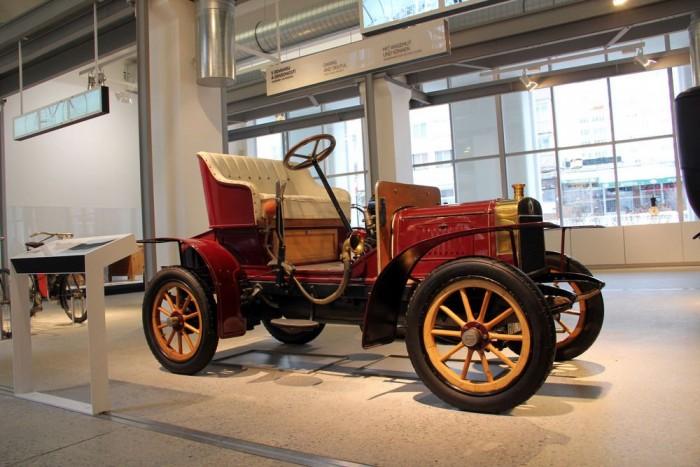 Laurin & Klement Voiturette A - Az alapítók által gyártott első automobil. Rövid pályafutása alatt komoly népszerűségre tett szert, kéthengeres, négyütemű motorja hét lóerővel mozgatta az apró járművet.