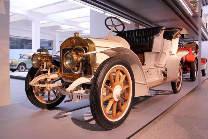 A Typ G már komolyabb szintet képviselt a friss cseh autógyár kínálatában, 10-12 lóerős motorokkal akár 60 km/órás végsebességet is elérhettek a faküllős kerekeken szágudlva
