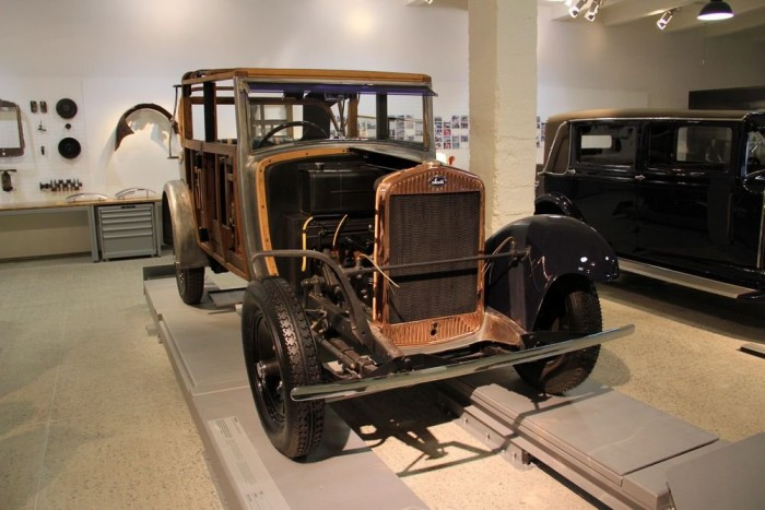 A restaurálás fázisait bemutató teremben három autón figyelhetjük meg, mekkora meló életet lehelni egy géphullába