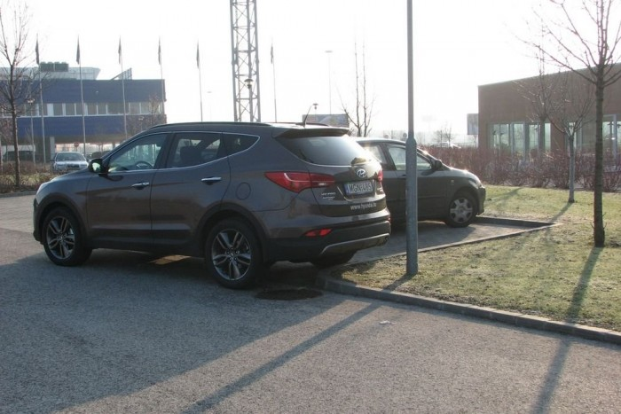 A parkolóautomatika csodája: a képen látható pozíció az autó szerint egy párhuzamos tolatva beállás kellő közepe. Ebben a helyzetben a rendszer még simán ment volna hátra
