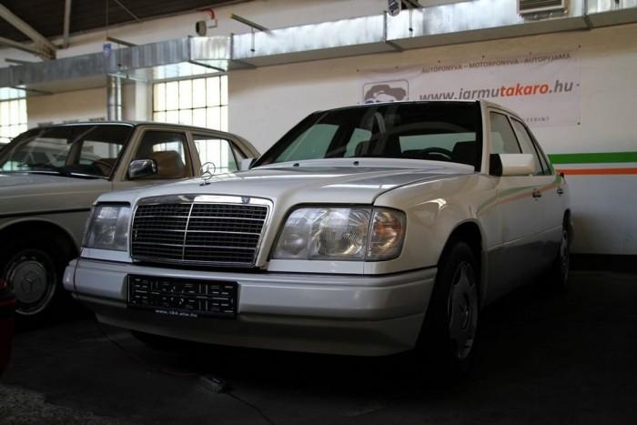 Gyakorlatilag a Mercedes-múzeumba is be lehetne állni vele, olyan keveset használta az idős tulajdonosa - büszkélkedik a tanszékvezető. Az 1995-ös autó különlegessége még a dízeleknél szokatlan mechanikus váltó