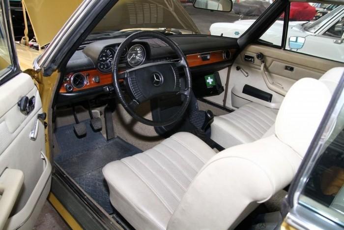 Ebből az autóból két, majdnem tökéletesen azonosat rendelt egy szerelmespár 1971-ben a Mercedes-gyárból. Közel négy évtizeden át használták őket, ám nemrég elhunyt a nő, és özvegy férje úgy döntött, a feleség példányát képtelen megtartani, így került Budapestre