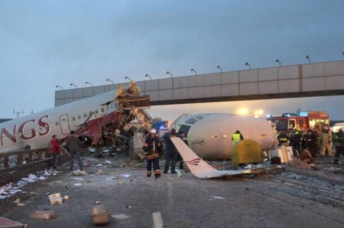 Egy az autóúton haladó terepjáró felvette a becsapódást. A gép hatalmas erővel ütközött az utat övező árokba, csak a szerencsének köszönhető, hogy a szétrobbanó törmelék nem okozott további tragédiát.