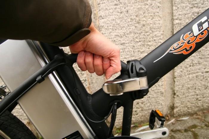 Nem könnyű a bicikli, de legalább kapott fogantyút is