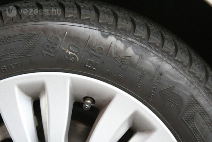 Legalább 4 mm mintaárok és M+S vagy MS jelölés megléte esetén minősül csak téli guminak az adott abroncs. Önmagában a hópehely szimbólum nem elég!