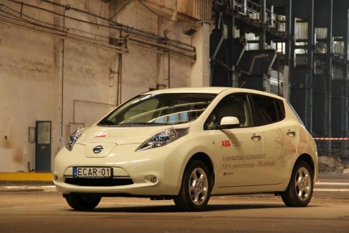 A Nissan elektromos kompakt autója mindent tud, amit egy benzines, kivéve a motorzajt és a 150-160 km-t meghaladó hatótávot