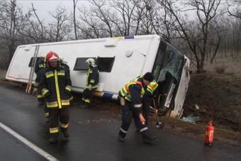 Felborult egy busz Székesfehérvárnál