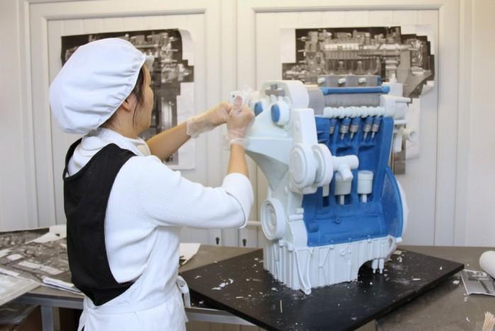 Éljen a downsizing! A tavalyi Év Motorja, a Ford egyliterese - itt éppen a díjátadóra készült, cukrászati remekmű formájában