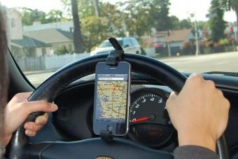 Megtanít vezetni a telefon
