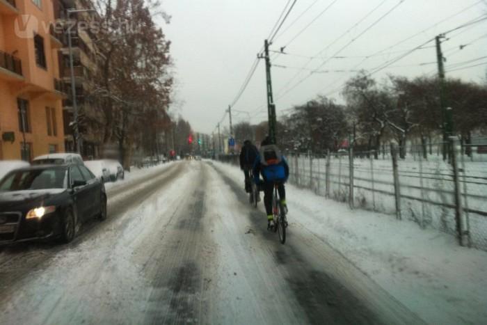 Mivel nincs letakarítva az út, a kerékpárosok csak a kitaposott sávban képesek tekerni. Ha jönnek szemből, akkor balesetveszélyes megelőzni őket