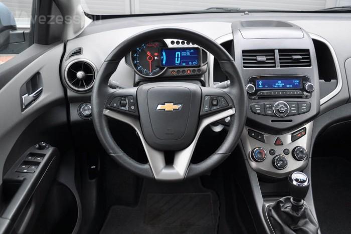 A General Motors típusaiban megszokott volán mögött harsány kavalkáddal lázad az Aveo. Ha szeretnénk elszakadni az átlagtól, ez a belső a fogunkra való!