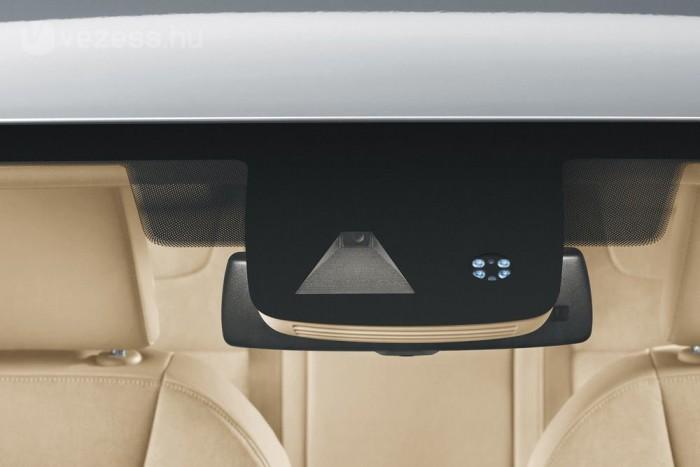 A sávtartó rendszert és az automatikus fényszórótompítást látja el adatokkal a belső tükör melletti kamera