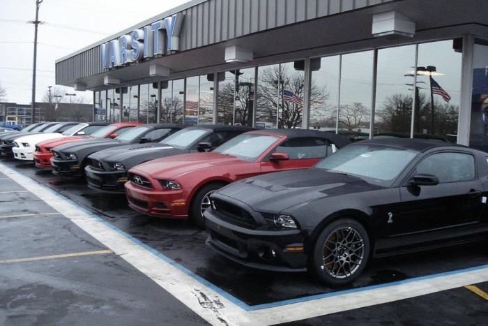 Közhely, de igaz: Amerikában egy normálisan megfizetett gyári munkás képes venni egy sima Mustangot (a képen erősebb, drágább verziók is kelletik magukat). Kereskedés előtti életkép útban a Detroiti Autószalonra