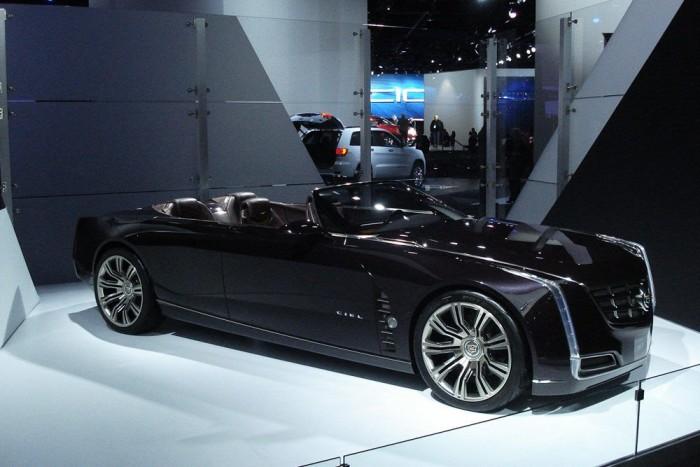 Egy félreeső folyosó végében rejtették el a már nem új, de még mindig parádés Cadillac-koncepciót