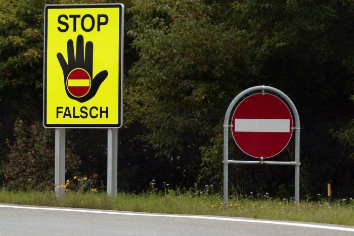 Tiltó táblák valahol Ausztriában. Az új rendszer fáradtság, figyelmetlenség ellen használ, de a kamera ködben, havazásban mit sem ér.