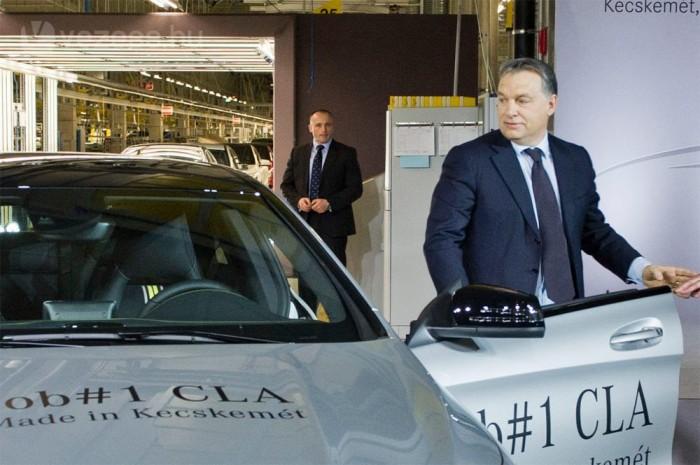 """""""Erő és szépség. Ez jut eszembe, ha az új CLA-ra tekintek. Pontosan ilyen Magyarországot szeretnénk, erőset és szépet? mondta Orbán VIktor, miután kiszállt az általa 10 métert vezetett legelső sorozatgyártású Mercedes CLA-ból."""
