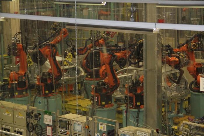 Ha jobban megnézik, látható, hogy a fóliák mögött ugyanazon a szalagon, ugyanabban az időben egyszerre dolgoznak a robotok a B-osztályon, és a CLA-n