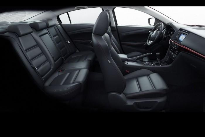 Fekete bőrrel kissé gyászos a Mazda 6 kabinja