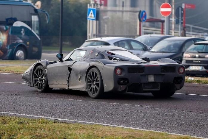Extrém hosszú és lapos az F150 fara. A V12-es a hátsó tengely előtt fekszik.