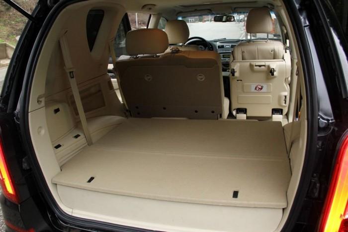 Az autó méreteihez elvártan hatalmas a csomagtér, amit praktikus padlóba rejtett rekeszek egészítenek ki