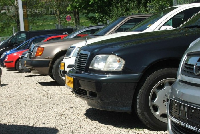 Az új autók eladásának 2009 óta tartó mélyrepülése miatt alig 9 ezer háromévesnél fiatalabb személyautó közül válogathatnak az érdeklődők a tavalyelőtti csaknem 20 ezer helyett a legnagyobb hazai autóárus portálon.