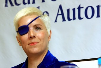 F1: Már autót vezet a félszemű pilótanő