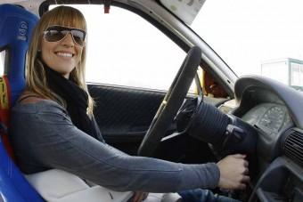 Női motoros autót tesztel