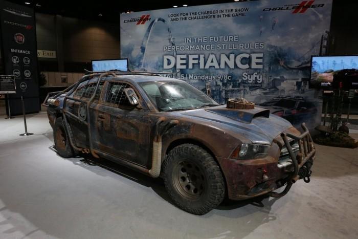Űrlények ellen: kisebb átalakítások tették a Dodge Charger-t hatékony bolygóvédő járőrkocsivá. A Defiance című, áprilisban induló űrlényes-megszállós sorozathoz (ld. alább) tervezett autó dizájn-tanácsadója nyilván Mad Max volt, sajátos védőrácsaival talán az apokaliptikus moszkvai közlekedésben is helyt állna a járgány.