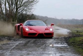 Aki még trágyázni is Ferrarival indul