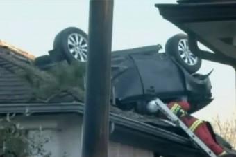 Autó fúródott a ház tetejébe