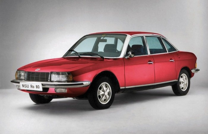 1968 NSU Ro80. Új műszaki megoldások tömegét hordozó autó. Wankel motor, elsőkerék-hajtás, automatikus kuplung, s ráadásul tágas, hatalmas a csomagtartója és kiválóan vezethető. Ideális Év Autója. Az már csak a használat során derült ki, hogy a világrengető újdonságként beharangozott, csak körben járó dugattyújú Wankel motor sokkal többet fogyaszt, mint a hagyományos ide-oda szaladgáló dugattyújú hagyományos motorok, az élettartama pedig nem több 40 000 kilométernél...