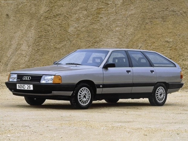 1983 Audi 100. Egy legendás kor legendás típusa - Audi szemszögből mindenképpen. Ez volt az a kor, amikor az Audi a quattróval, amelynek kormány mögött Walter Röhrl ült, sikert sikerre halmozott a rali világbajnokságban. Az Audi 100-asból is kínáltak quattrót és ezzel a 100-assal debütált az Avant, amit ma lejtős háta miatt lehet, hogy Shooting Brake-nek neveznének