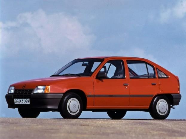 1985 Opel Kadett. Szép formájú, praktikus, és kedvező ára miatt tömegek számára is elérhető. Igazán semmi kimagaslót nem mutatott az Opel Kadett E - csak éppen nagyon jól használható autó volt. 326 ponttal győzött a 261 pontos Renault 25, és a 191 pontos Lancia Thema előtt