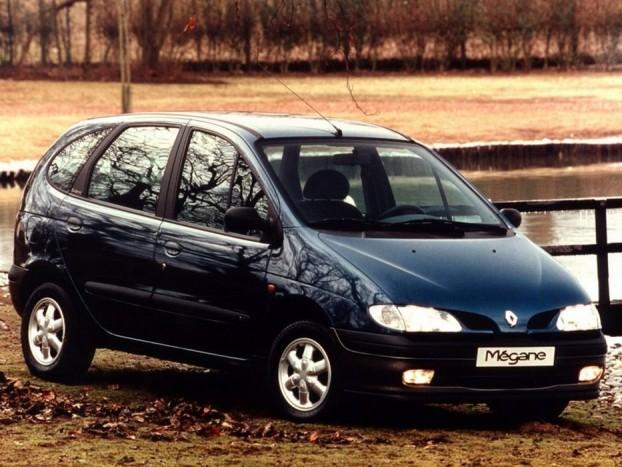 1997 Renault Mégane Scenic. Újabb kategóriateremtő autó, és megint a Renault-tól. A Mégane Scenic volt az első alsó-középkategóriás egyterű, majd ennek nyomán a többi márka is kijött a sajátjával. Egy kategóriával feljebb korábban az Espace tette korábban ugyanezt, de az nem kapott Év Autója díjat