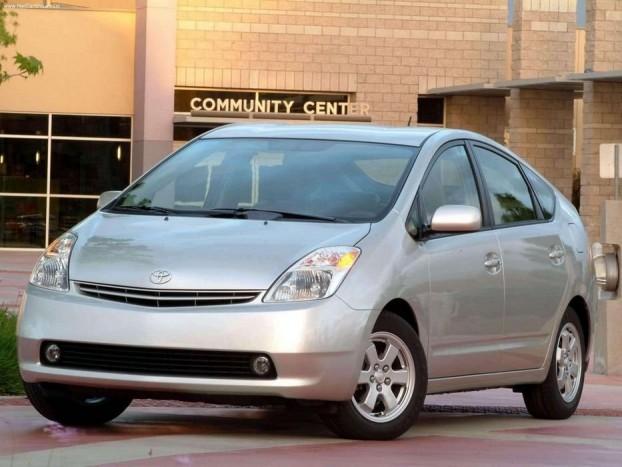 2005 Toyota Prius II. Toronymagasan 406 ponttal nyerte el a 2005-ös Év Autója díjat a Prius második generációja a 267 pontot kapott Citroen C4 előtt. Sokan úgy vélik, már az első Prius is megérdemelte volna a díjat, csakhogy hiába volt a világ első hibridhajtású autója, ha nem volt igazán praktikus és sokba került. A második generációra rendeződtek a problémák...