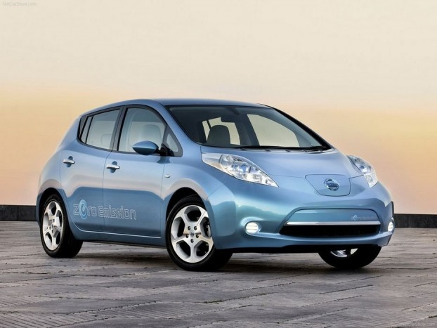 2011 Nissan Leaf. A világ első teljes értékű elektromos hajtású autója. Hipermodern technika, és - menet közben - zéró károsanyag-kibocsátás. Egyes zsűritagok ezt nagyra értékelték, míg mások az alig kilenc ponttal lemaradt Alfa Romeo Giulietta mellett érveltek - még utólag is. Ennek ellenére 2012-es Év Autója díjat újra egy benzin-elektromos hibrid hódította el, a Chevrolet Volt/Opel Ampera. És 2013-ban...