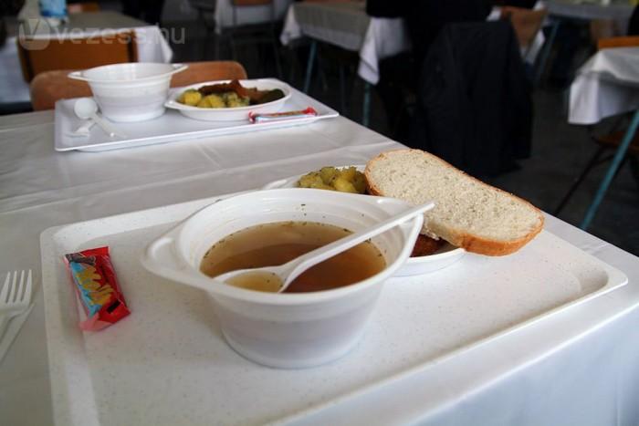 Semleges leves, rántott hús, krumpli, fura ízvilágú, epres-tejszínes delfines csoki. Korrekt ebéd.