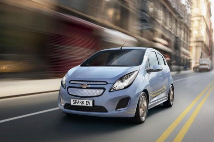 Már 2014-ben megérkezhet Európa egyes piacaira a Chevrolet Spark elektromos kivitele. A kisautó tengeren inneni verzióját márciusban, a Genfi Autószalonon mutatja be a gyár. 20 perces gyorstöltéssel, 130 lóerős villanymotorral érkezik majd.