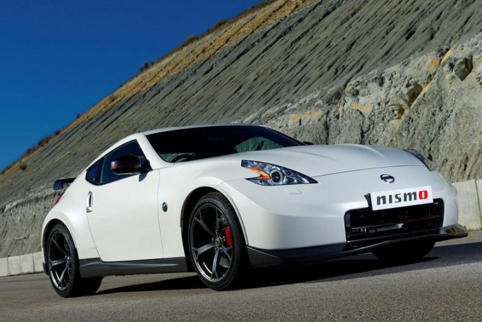 Kizárólag hatfokozatú kéziváltóval, fix tetős kivitelben lesz kapható a Nissan 370Z feljavított kivitele, és már ez is jelzi, hogy nem korzózásra termett izomautó, hanem valódi sportambíciókat dédelgető jármű született.