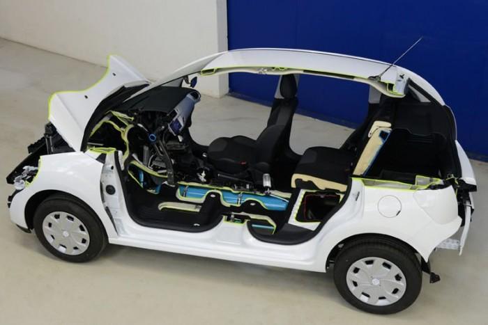 Akkumulátor helyett nagynyomású légtartály, elektromos helyett hidraulikus motor, a többi stimmel: nagy vonalakban ennyit kell tudni arról a Hybrid Air hajtásláncról, amelyet a Peugeot és Citroën márkákat tömörítő francia PSA konszern fejlesztett ki, és amely a várakozások szerint nem csak olcsóbb, de takarékosabb vetélytársa is lehet az immár hagyományosnak számító elektromos hibrideknek.